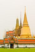 Gräsmattan framför wat phra kaew i bangkok — Stockfoto