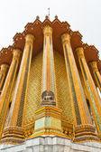 świątynia złoty posąg buddy w rogu wieże — Zdjęcie stockowe