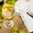 White wine, Brie, Camembert and grape — Lizenzfreies Foto
