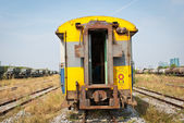 Train de compartiment de voyageurs jaune — Photo