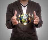 Zakenman houden aarde — Stockfoto