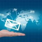 世界地图背景上世界邮件传递手 — 图库照片
