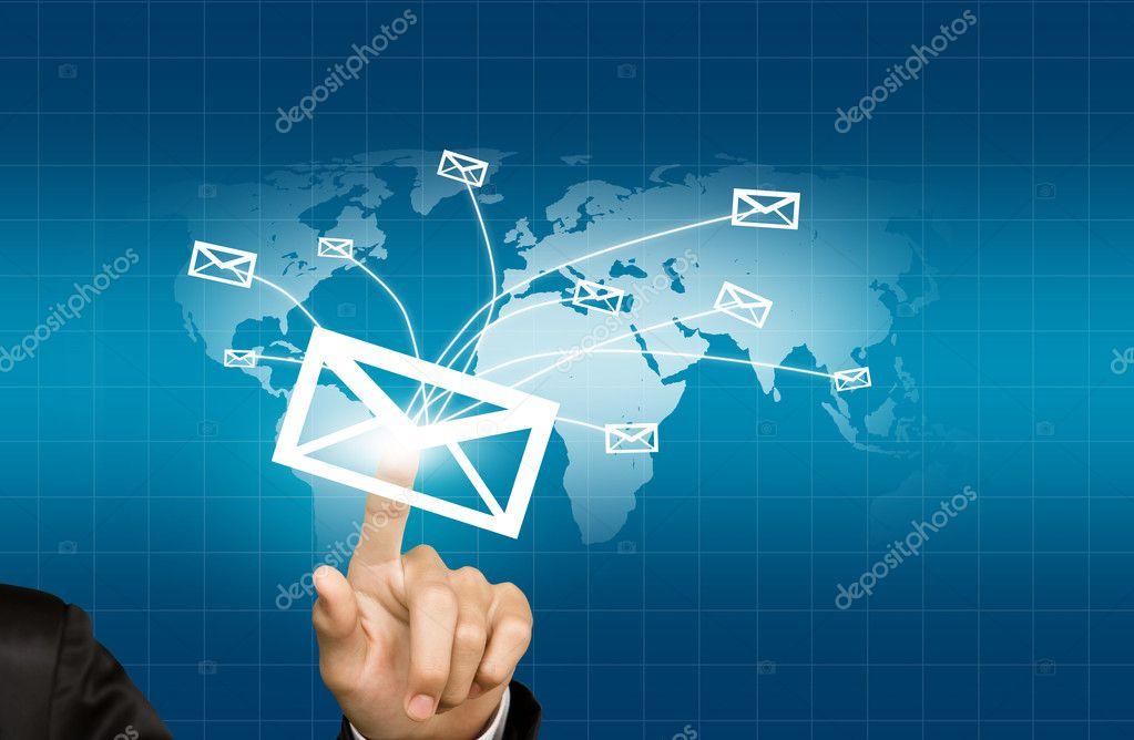 世界地图背景上世界邮件传递手