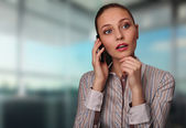 Kobieta młody biznes z telefonu komórkowego — Zdjęcie stockowe