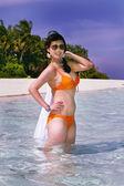 Maldiv sahil yakınında suda oynarken güzel moda asyalı kız — Stok fotoğraf