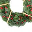 Noel çelenk ile kırmızı meyveler ve altın şerit — Stok fotoğraf