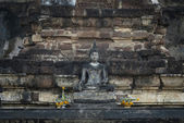 Buddha di pietra con sfondo di mattoni — Foto Stock