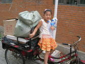 Chinese gir gathering plastic bottles — ストック写真