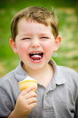 Dítě se při jídle kužel zmrzliny — Stock fotografie