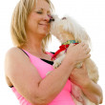mulher de meia idade 40 anos com maltipoo cachorro lambendo seu rosto isolado no branco — Foto Stock