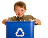 Concepto de reciclaje con niño llevando la papelera de reciclaje aislado en blanco — Foto de Stock