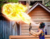 Artista intérprete o ejecutante respirando fuego en festival renacentista de georgia — Foto de Stock