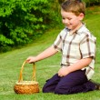 pojke på easter egg hunt — Stockfoto