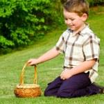 niño a buscar huevos de Pascua — Foto de Stock