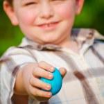 ragazzo guardando attraverso il cestino di Pasqua — Foto Stock