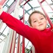 giovane ragazzo parco giochi durante la primavera — Foto Stock