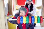 Niño en un patio de invierno — Foto de Stock