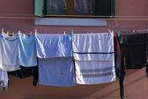 Ubrania wiszące poza — Zdjęcie stockowe