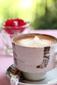 Kaffe med rosa och grön natur bakgrund — Stockfoto