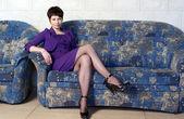 Vacker kvinna på soffa — Stockfoto