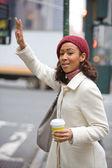 Frau ruft ein taxi — Stockfoto