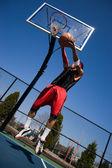 Hombre jugando al baloncesto — Foto de Stock