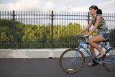 Dívka na koni na kole — Stock fotografie