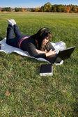Femme avec un ordinateur portable — Photo