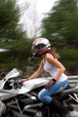 Sarışın motorcu kız — Stok fotoğraf