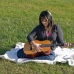 chica tocando una guitarra — Foto de Stock