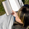 mujer leyendo — Foto de Stock