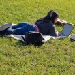niña utilizando un ordenador portátil — Foto de Stock