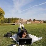chica con portátil — Foto de Stock