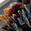 trouwringen op make up borstels — Stockfoto