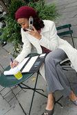 Mujer de carrera móvil — Foto de Stock