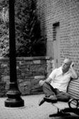 Casual gars assis sur un banc de ville — Photo