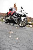 Garota loira motociclista — Foto Stock
