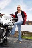 Blonde biker meisje — Stockfoto