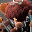 Trauringe auf Make-up Pinsel — Stockfoto