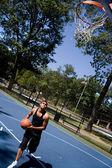 Muž hraje basketbal — Stock fotografie