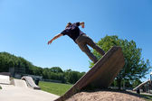 Skateboarder Riding Up a Concrete Skate Ramp — Stock Photo