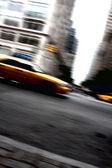 Snelheidsovertredingen gele taxi cab bewegingsonscherpte — Stockfoto