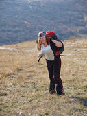 A happy and pretty woman spends her free time backpacking and ge — Stock Photo