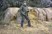Giovane uomo caccia nel campo — Foto Stock