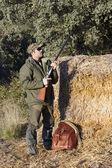 若い男が、フィールドでの狩猟 — ストック写真
