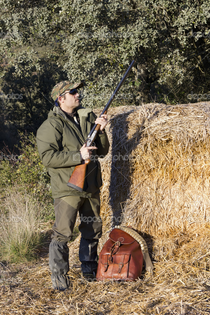 Man hunting in the field with an old shotgun — Stock Photo #8115461