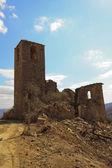 Igreja em ruínas ao longo da estrada de terra — Fotografia Stock