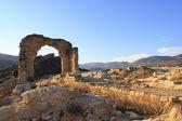 As ruínas de uma igreja, arco de entrada — Foto Stock