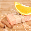 Hand-made natural soap on wooden mat - Stockfoto