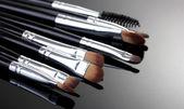 Pincéis de make-up no fundo cinza — Fotografia Stock